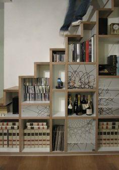 livros vinho sob escada