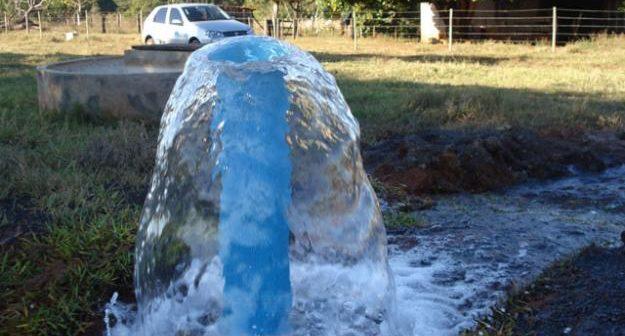 água jorrando num poço artesiano