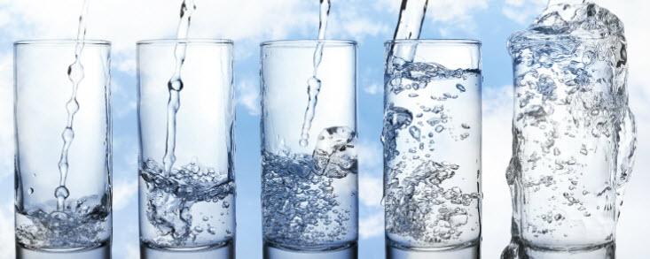 varios copos de água fresca