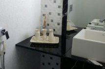 banheiro limpo e decorado