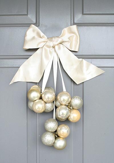 laço de cetim branco com bolas brancas de natal