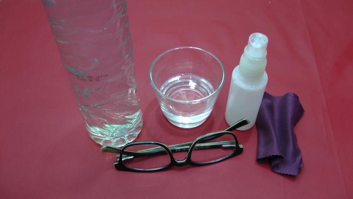 sabão líquido neutro,água destilada,garrafa spray, pano microfibra, óculos