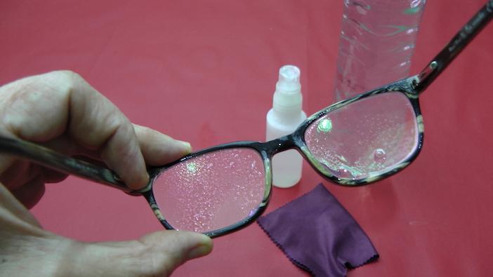óculos com gotas do limpador