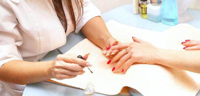 manicure fazendo unha de cliente