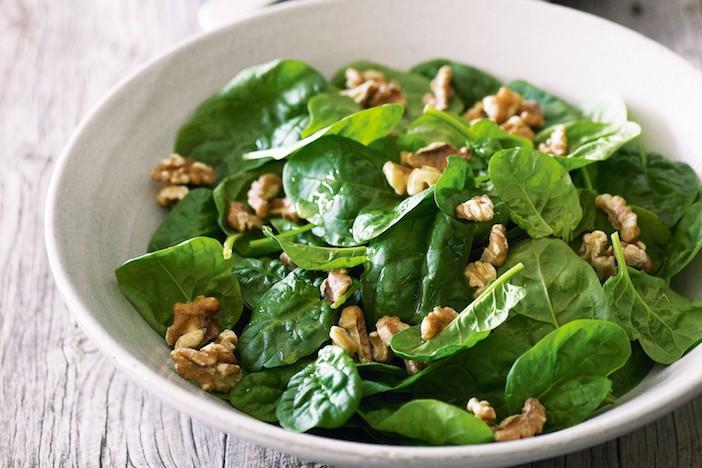 salada de folhas de espinafres com nozes
