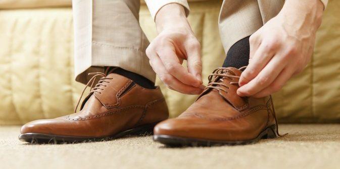 homem amarrando sapato fechado