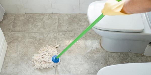 secando chão do banheiro com a copa