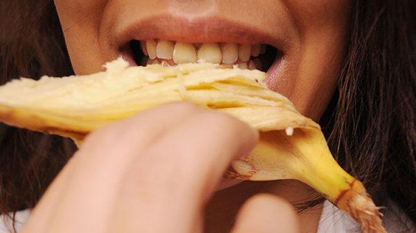passar casca de banana nos dentes