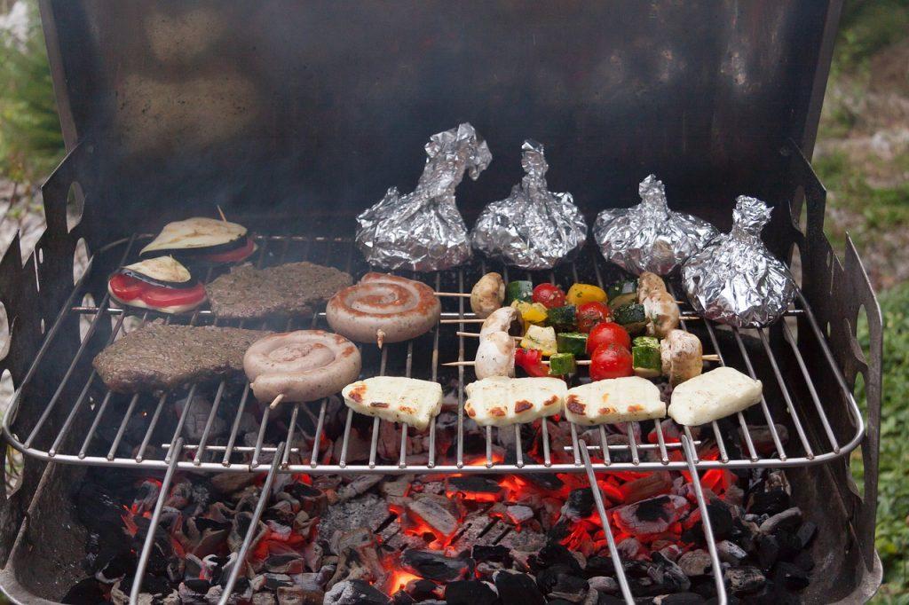 churrasqueira com varias carnes e verduras