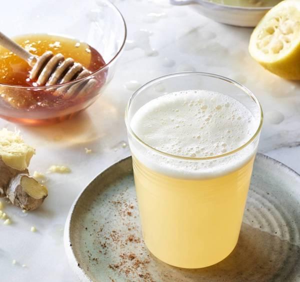 copo com agua, alho, limão e mel