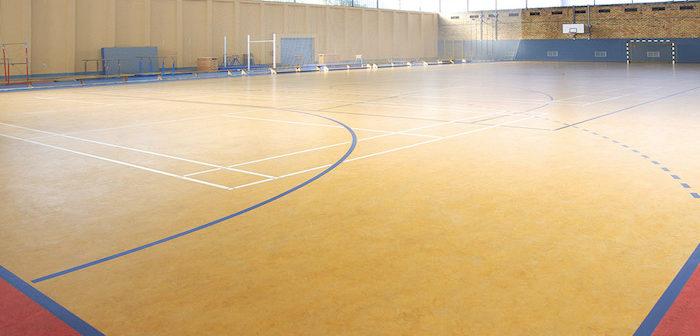 campo de basquete com piso linóleo