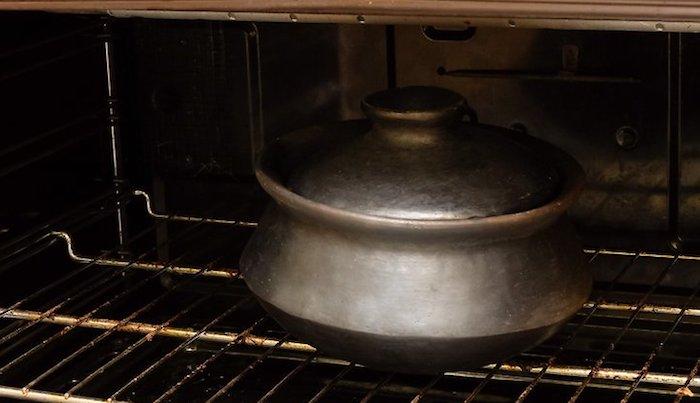 panela de barro no forno