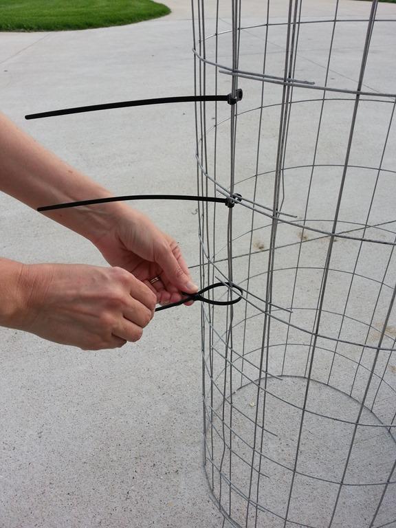 atando cilindro de arame com abraçadeira de plastico