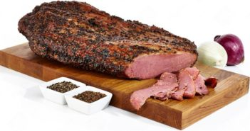 peça de carne defumada sobre uma tábua