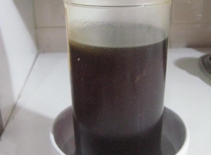 pote de mel dentro de vasilha com água