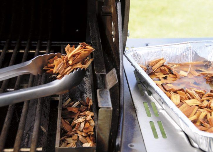 lascas de madeira na churrasqueira