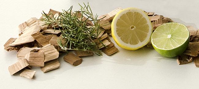 lascas de madeira com limão e alecrim