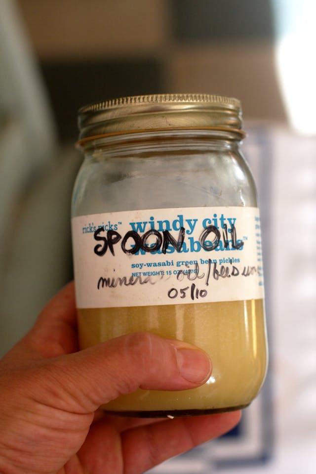 pote de mistura de óleo para madeira