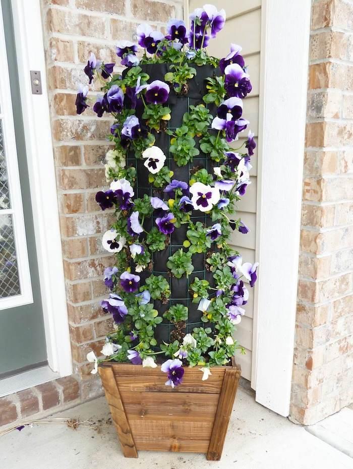 torre de flores lilas e brancas