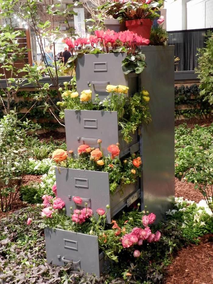 torre de flores feita com arquivos