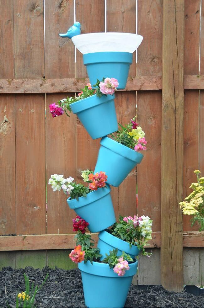 torre de flores com bebedouro de pássaro