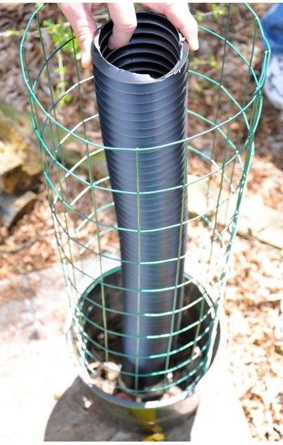 tubo de drenagem no centro do cilindro de arame