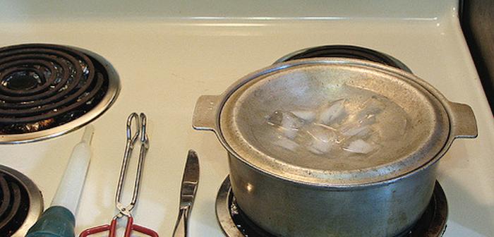 panela com tampa virada e gelo sobre