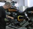 mecânico fazendo manutenção na moto