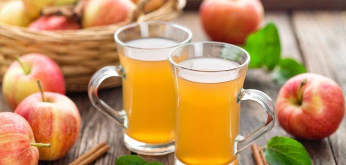 copos de vinagre de maçã dissolvido com água