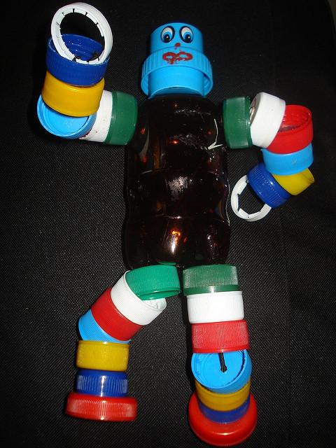 boneco feito com garrafa pet