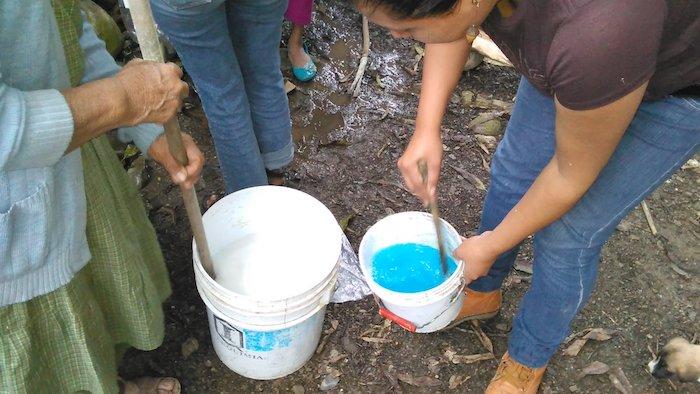misturado agua de cal com agua com sulfato de cobre