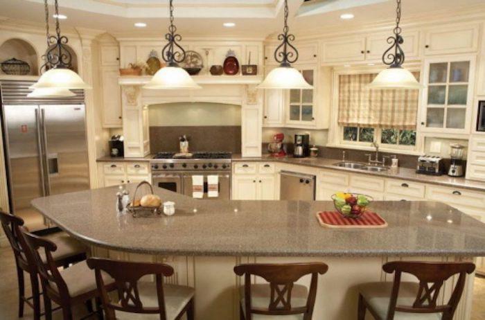 luminárias sobre a bancada da cozinha