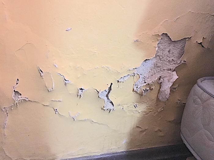 umidade nas paredes sobrando a pintura