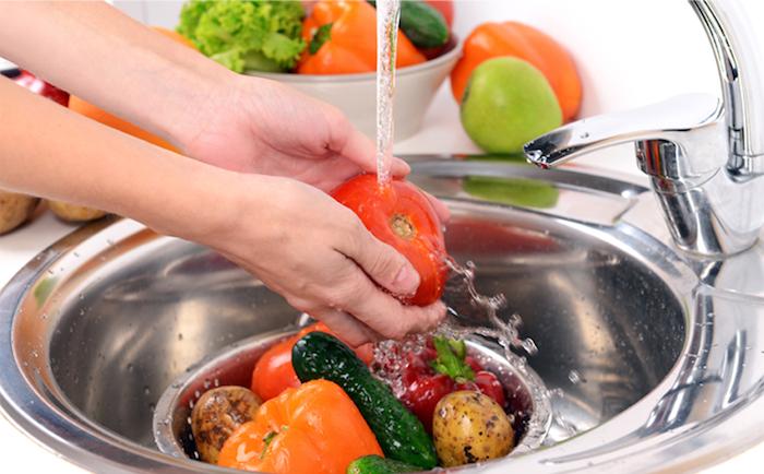 lavando frutas