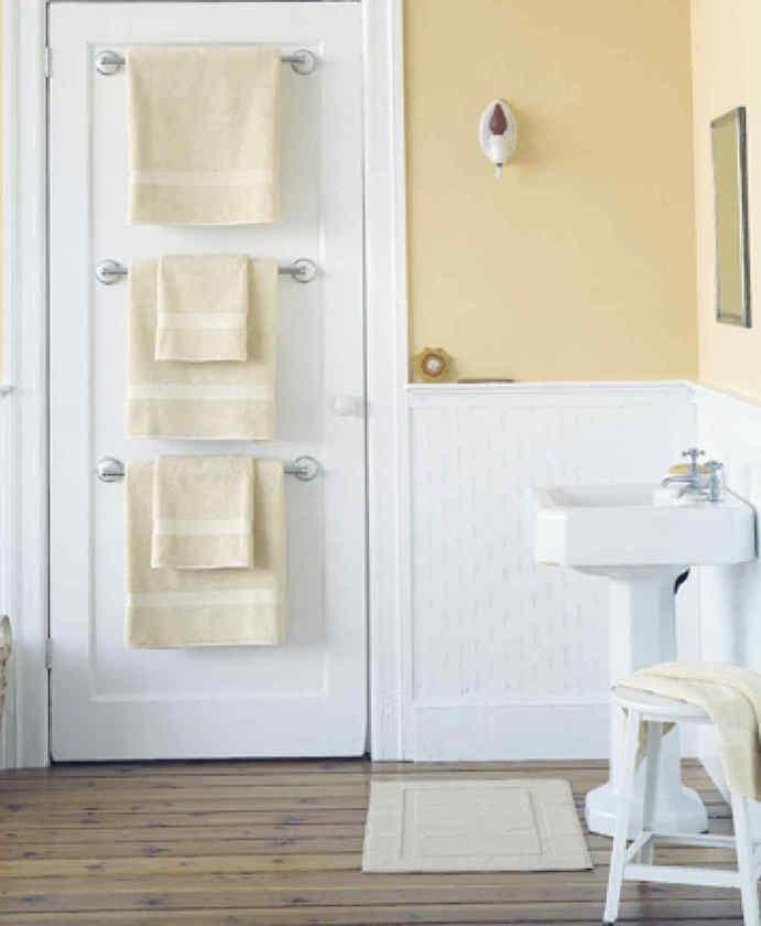 toalhas penduradas atras da porta na vertical
