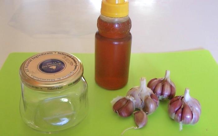 mel, alho e frasco de vidro