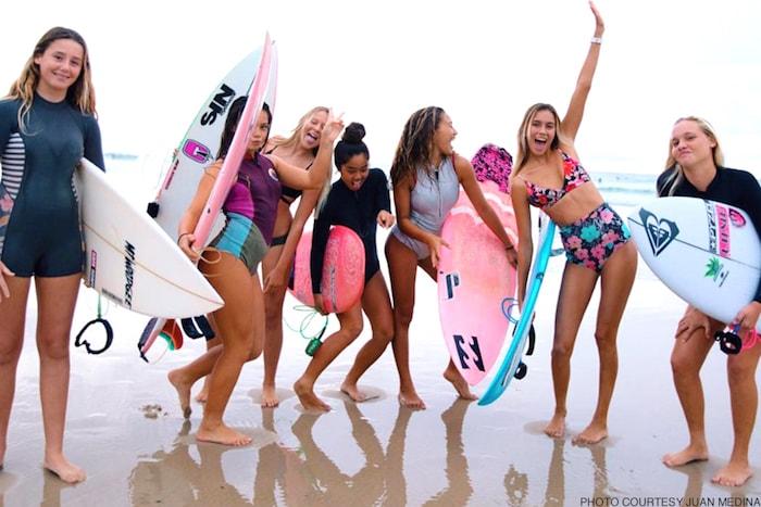 mulheres com prancha de surf