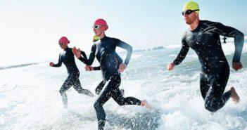 correndo com roupas de mergulho
