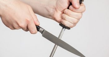 afiando faca com chaira