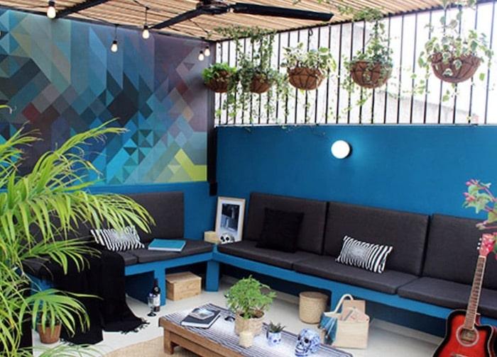 pátio com grade e plantas decorativas