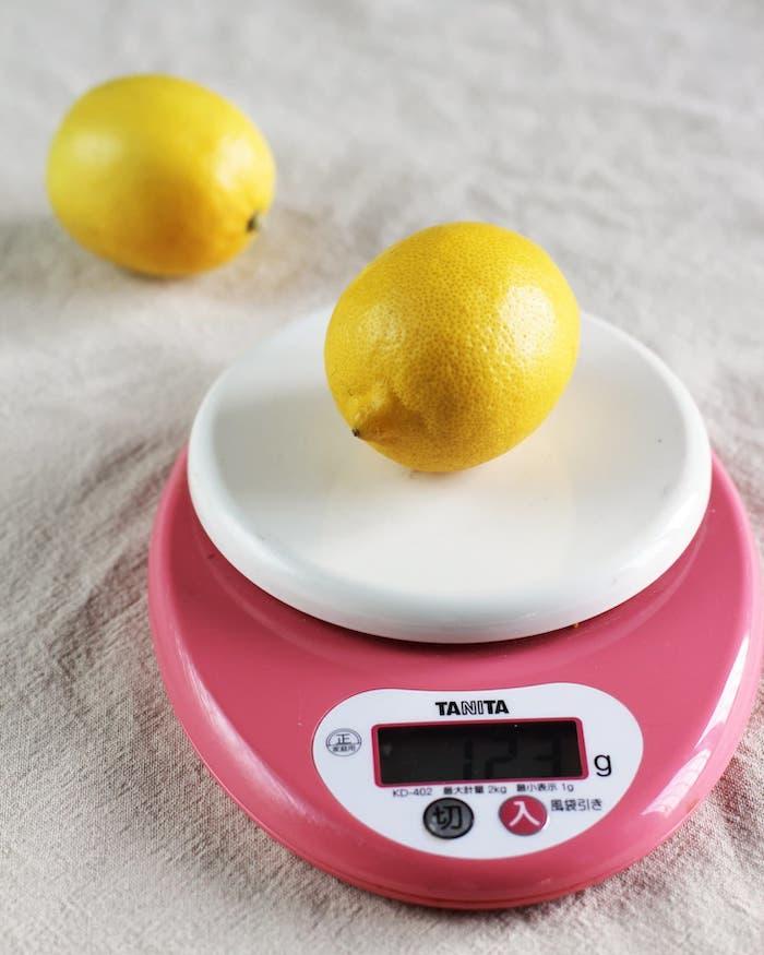 limão sobre balança