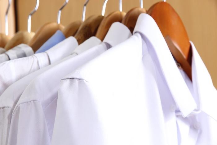 camisas brancas penduradas