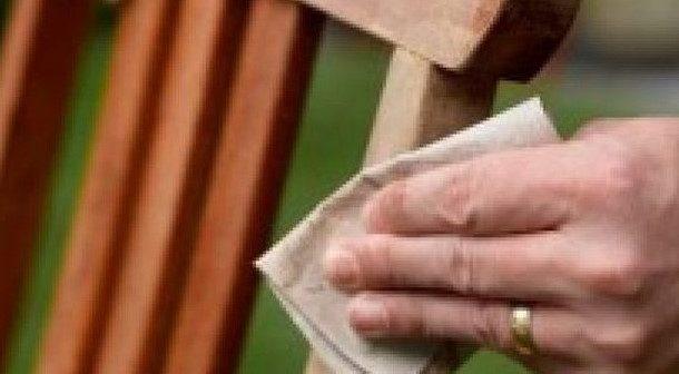 Mao lixando madeira