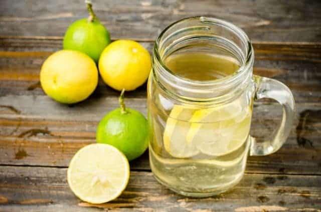 jarra de agua com limao e bicarbonato de sódio