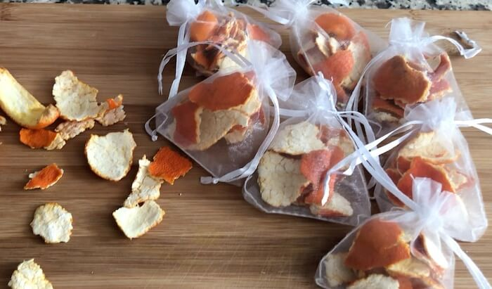casca de laranja secas em bolsas de tule